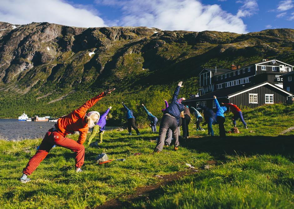 Morgonyoga på Gjendesheim i fjor. I år kan du vera med på yoga på Skogadalsbøen.