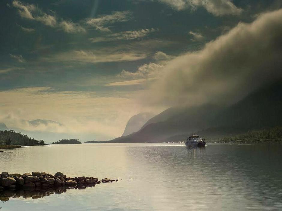 Fjellvaaken passerer vakre Vinjefjorden.