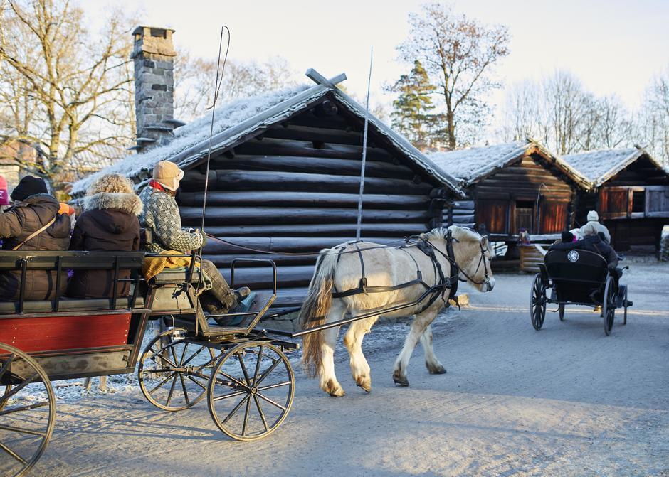 Til helgen har Norsk Folkemuseum sitt årlige julemarked. Dere kan kjøre hest og kjerre og dessuten besøke DNT-hytta Hovinkoia som ligger på toppen i Friluftsdelen av museet.