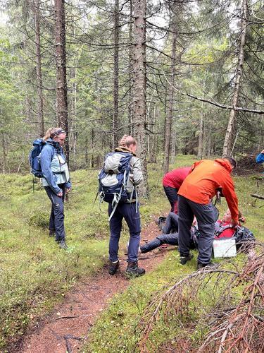 """Lørenskogs utsendte """"vrikket foten"""" på tur. Heldigvis hadde kursdeltakerne lært hva man skulle gjøre i en slik situasjon."""