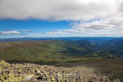 På vei ned fra Mjellknapp med utsikt til Slettefjellet og Slidreåsen