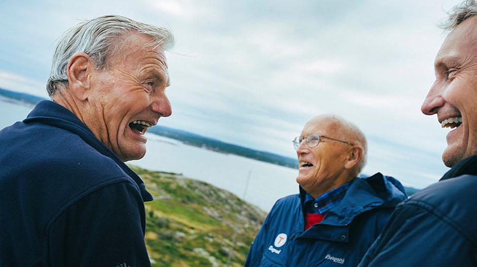 To av AATs mange flotte dugnadsfolk - Dagfinn Myhren og Valter Tinderholt -i et muntert møte med tidligere generalsekretær i DNT Nils Øveraas.