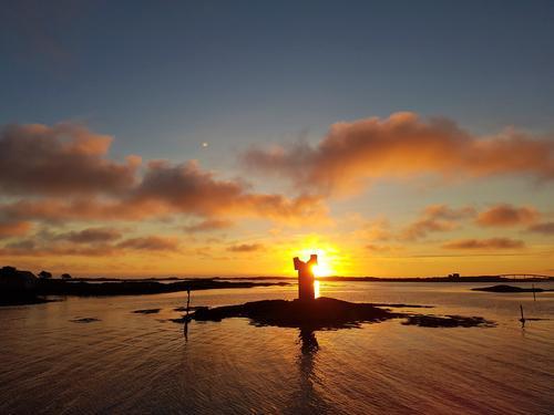 Idyllisk fargerik solnedgang på Smøla på Hopen Brygge