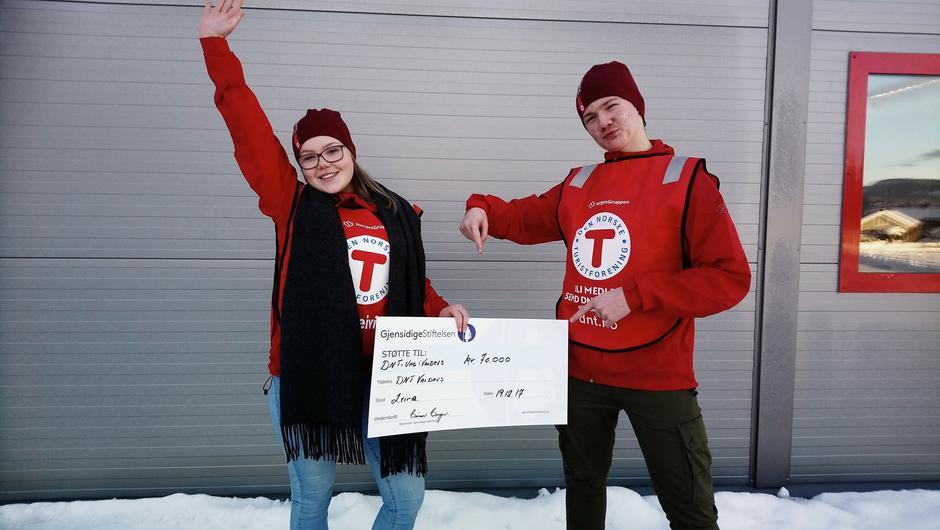 Ragne Aasan og Daniel Myhre er ungdommer som er med i en arbeidsgruppe i forbindelse med DNT Ung. Morten Helgesen, koordinator for DNT Ung i Valdres var på reise når vi fikk gaven.