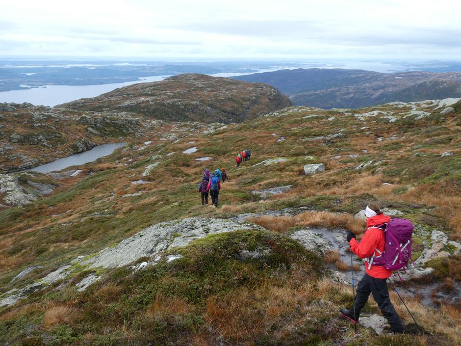 Flott turterreng utover Klefjellsryggen. Austfjorden og Fensfjorden i sikte.
