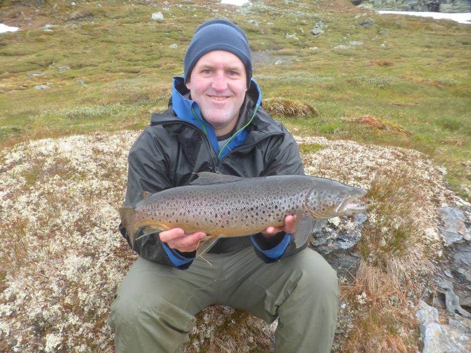 Espen Frøiland fikk fredag en ørret på 2.5 kilo ved Litlos.