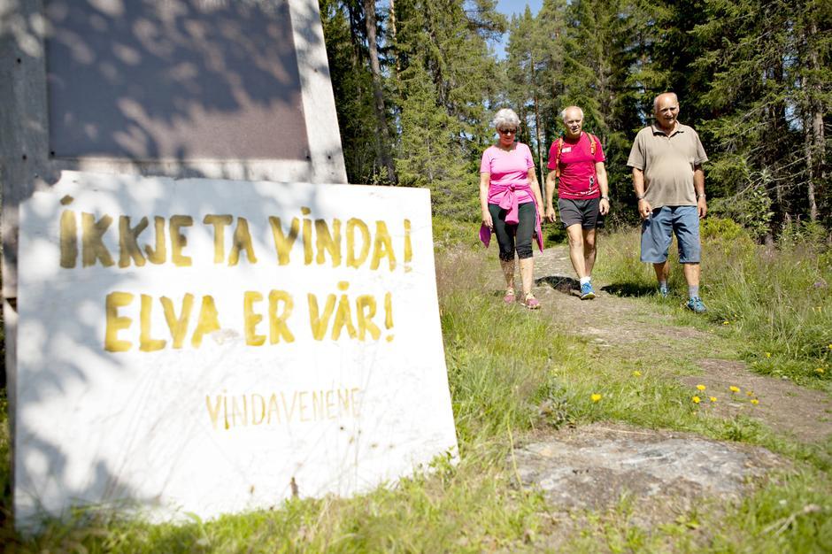 STORT ENGASJEMENT: Gruppa «Aksjon Vern Vinda» har mange medlemmer. Her representert ved elve-nabo Liv Hirth Skjel, leder for DNT Valdres, Tor Harald Skogheim, og leder for gruppa, Bjørn Kjensli.