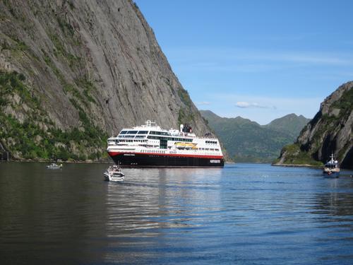 Trollfjorden, med anløp av hurtigruten 25.07.10