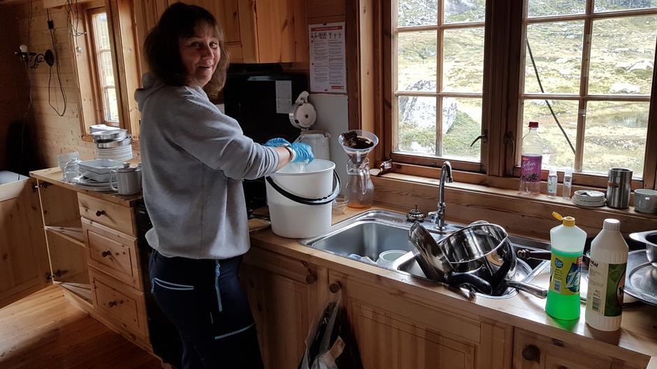 Vask av hytta og innbuet er ei av oppgåvene på dugnaden.