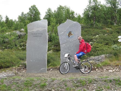 Torkjell ved Helleset - noen har smurt inn logoen for nasjonalparken med kumøkk