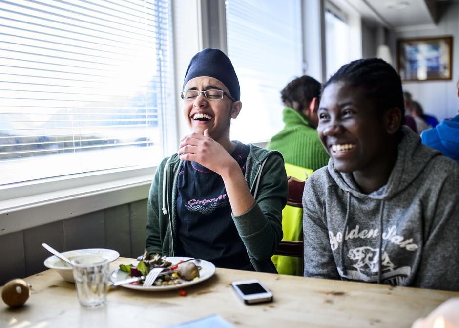 Luvleen Kaur og Farida Mohammed spiser middag på Jotunheimen Fjellfestival.