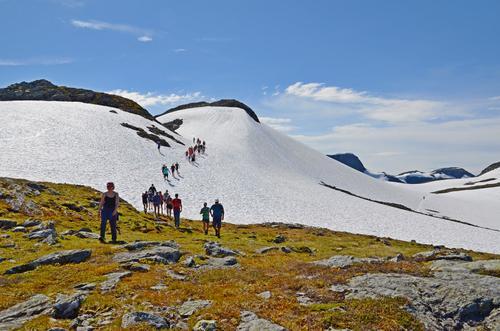 Verdsarvturen går frå sjøen og opp 1200 høgdemeter til vakre fjell og med fantastisk utsyn.
