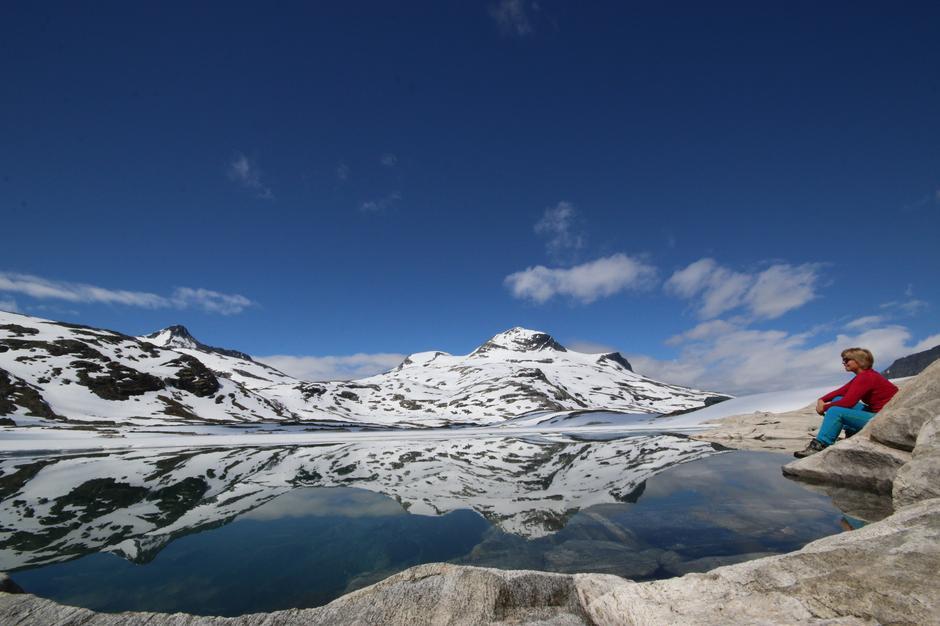 Torsnos og Naushornet speiler seg i blikkstille Veltdalsvatn