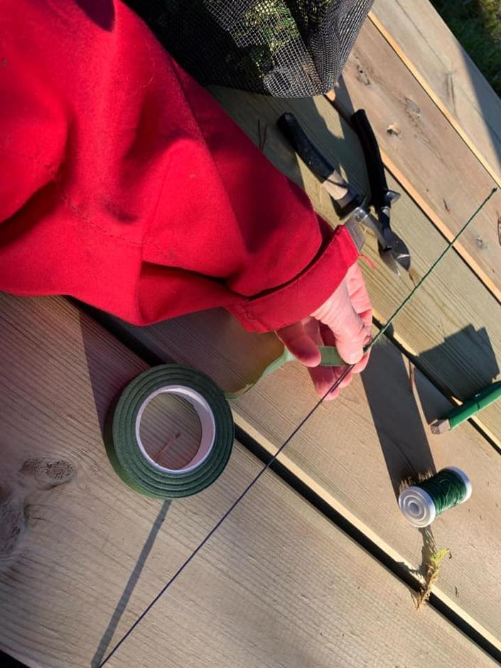 Snurr floratape (og dra den samtidig) rundt ståltråden og legg god overlapp der du skal skøyta dei to ståltrådane.
