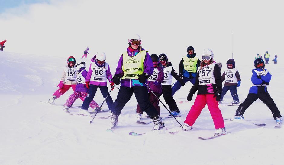 På skiskolen er gøyfaktoren høy sammen med dyktige instruktører og nye venner!