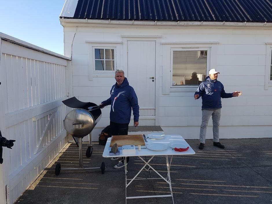 RAGG serverte kortreiste pølsesnabber til deltakerne på båtturen til turisthytta ved Lyngør fyr.