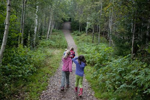 Jenter på tur på stien