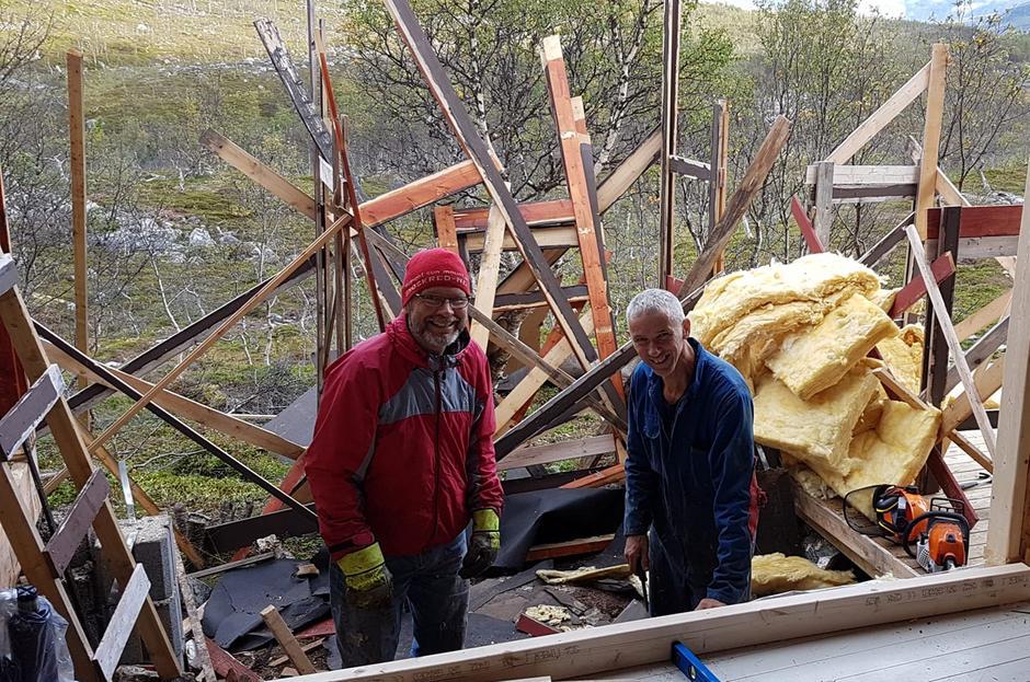 2017 Stort hull i veggen på Blåkollkoia, men Bent Svinnung og Jan Thomas står der bare og flirer!