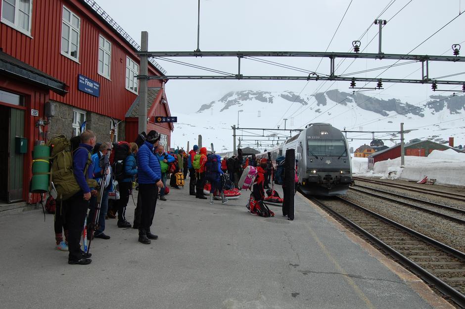 Fra Finse Stasjon er det kun 300 meter bort til Finsehytta.