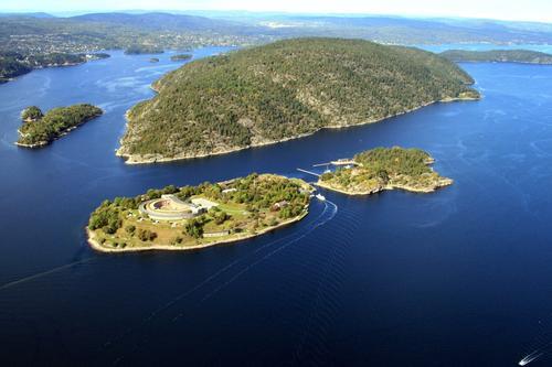 Oscarsborg i front med Håøya i Bakgrunnen