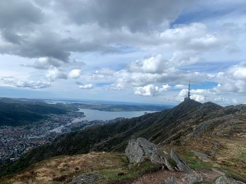 Utsikt over Bergen og masten på Ulriken