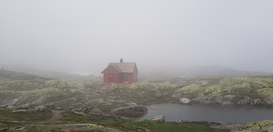 17.07. Tåke ved Skavlabu. Helt snøfritt og varmt i vannet om man ønsker et bad.