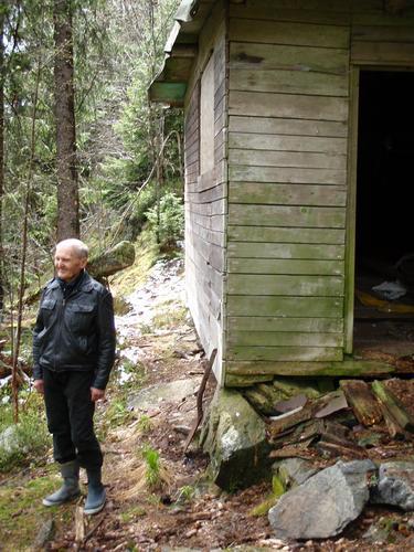 Selv om Harald ikke bor i hytta si lenger, hender det fortsatt at han besøker den. I Lillomarka ved Uteliggerhytta.