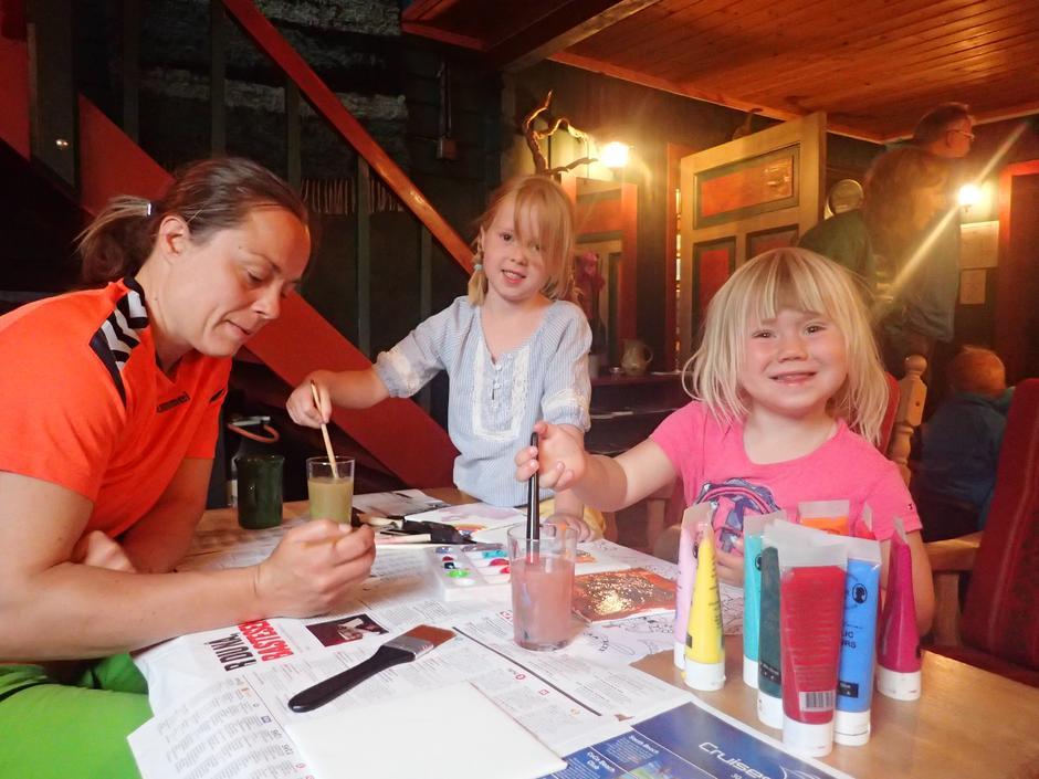 Aktivitetsleder Maren og Anna Katharina og Emmy Louise Næsje Fegri i kunstnerisk utfoldelse!