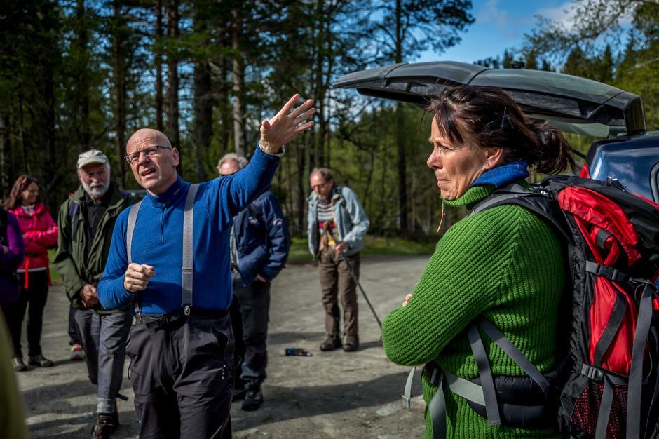 Turlederne Jan Gjerde og  Dina Gaupseth forklarer løypa for de 25 turdeltagerne.
