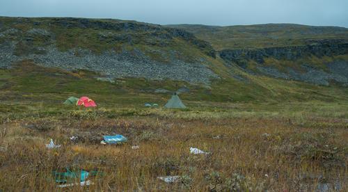 Bilde av camp med søppel i forgrunn