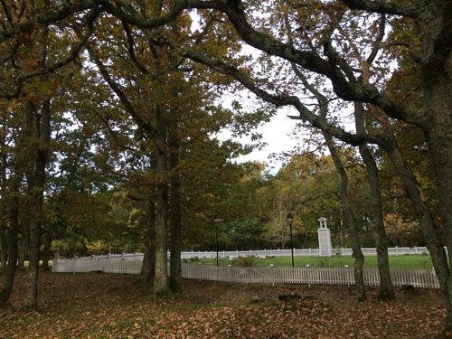 Kirkegården i høstdrakt