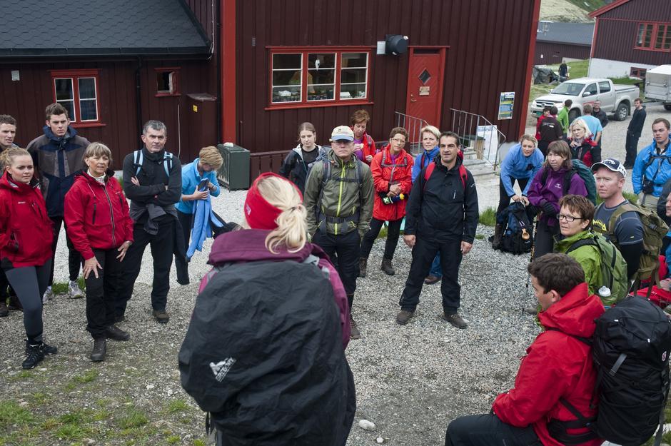 Deltakerene venter spent på fellestur til Rondslottet.