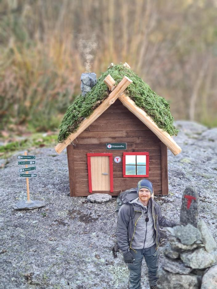 ESPEN OG HYTTA: Litt fotofikling og Espen står like utenfor den nybygde miniatyr-turisthytta.