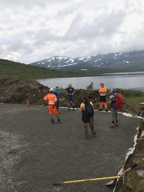 Entreprenør, samarbeidspartner SpareBank1 SMN og TT viser stolt frem arbeidet for Adresseavisen og Selbyggen som hadde tatt turen for å se på arbeidet.