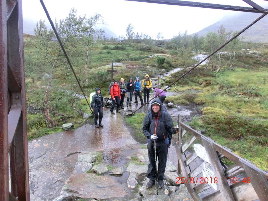Sistemann forsikrer at alle kom velberget over broen før turen går opp Gjertvassdalen.