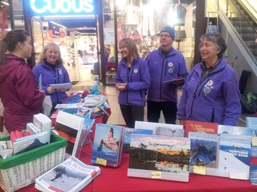 Glade ambassadører på julestand i Glasshuset