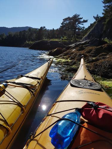Austrheim padle klubb kommer med kajakker og instruktører. Nordhordland Turlag har egne kanoer.
