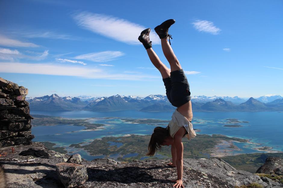 Festivalsjef Emilie Bollingberg viser sine balansekunster på toppen av Vågsfjellet (958 moh) på Hamarøy. Vill akrobatikk i vakker natur på årets Balansefestival!