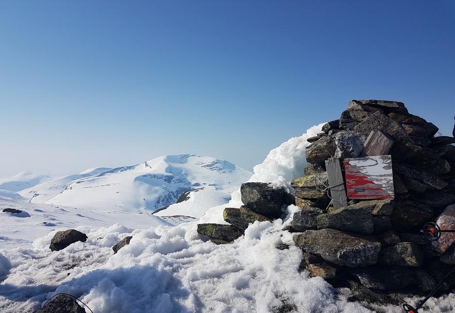 Toppvarden på Kjerringtinden med Geittinden i bakgrunnen.