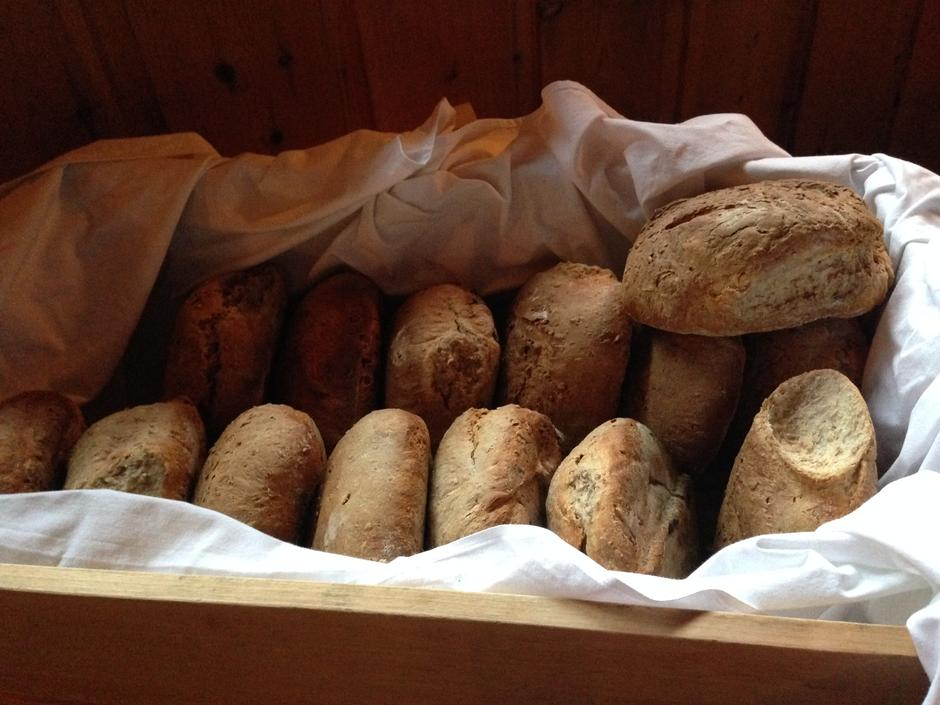 Nybakt brød fra bakerovnen på Thorleifsbu