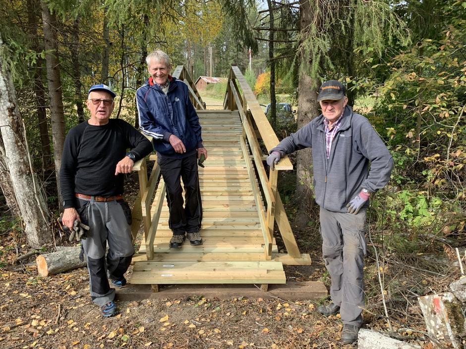 Brua ble ferdigstilt 22.09. Fra venstre Stein Sandaker, Gulbrand Nøkleby og Asbjørn Hansen