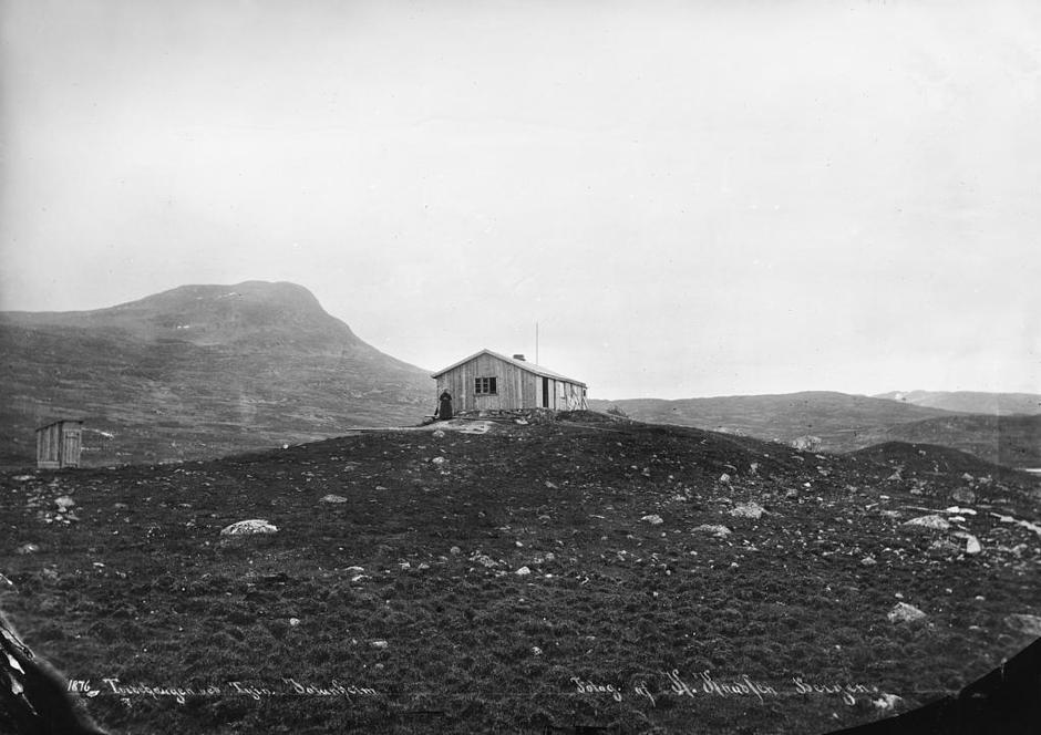 Den fyrste turisthytta i Norge ble bygget på Tvindehaugen ved Tyin i 1870. Av de mest kjente turistene som bodde der var Edvard Grieg, William Slingsby, Ernst Sars, Kitty Kielland, Christian Sinding og Eli-as Blix.