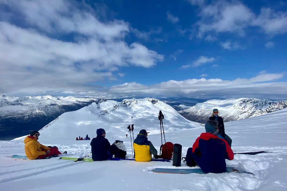Lettskyet vær gir fint mønster på snødekte fjellsider. Selv om det skyet litt til da vi nærmet oss toppen var det fine forhold for pause.