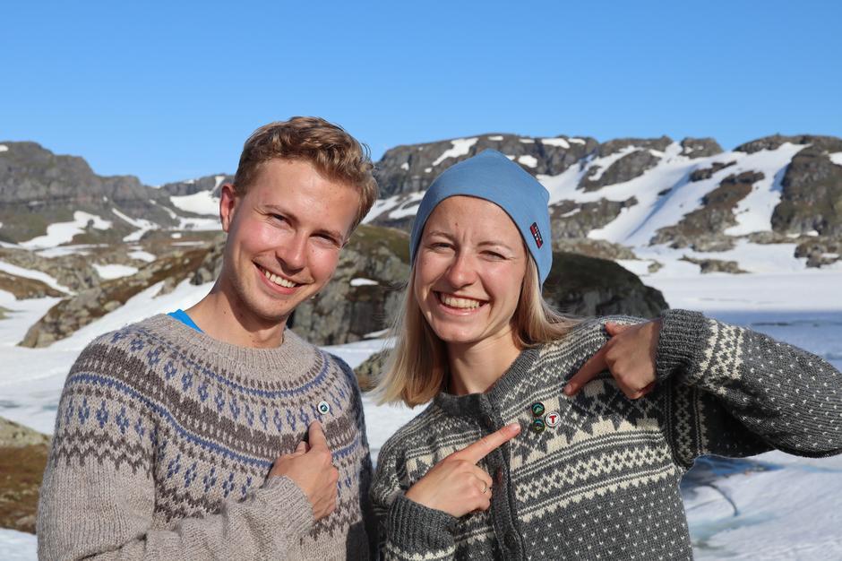 STRANDDALEN: Kom til selveste perlen i Ryfylkeheiene og få din pin. Ingeborg Søndenå og Martin Grøn viser frem de fine merkene.