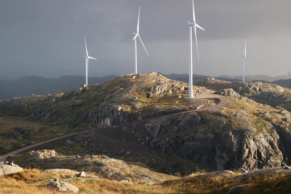Nå planlegges det gigantiske vindkraftanlegg som vil ødelegge naturen vår. Til hver vindturbin, som er 250 meter høy, bygges det 800 meter veg og en oppstillingsplass på størrelse med en halv fotballbane.