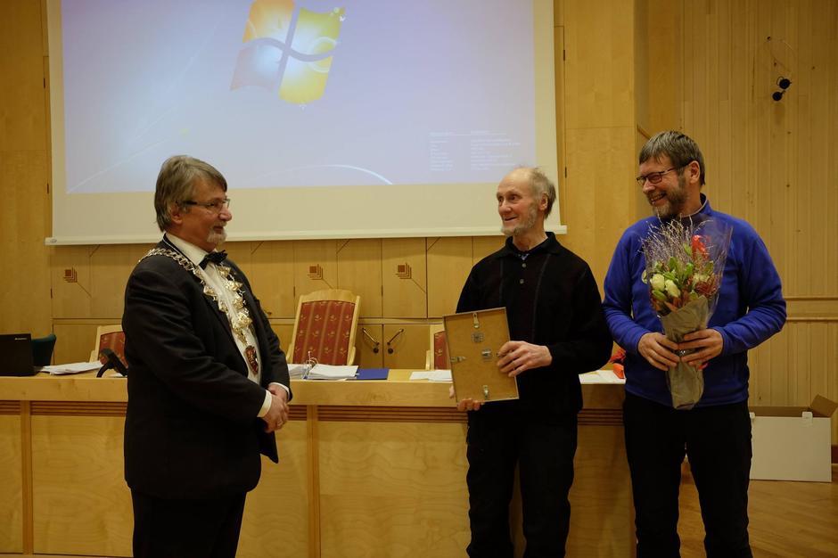 Fylkesordförer Knut Werner Hansen overrekker prisen.