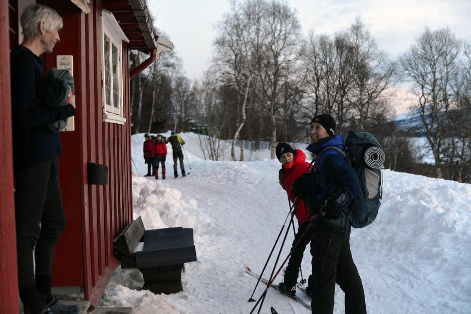 ENDELIG TILBAKE: Tore Angell-Petersen tar imot datteren Mari og barnebarnet Jonas etter en lengre skitur enn planlagt
