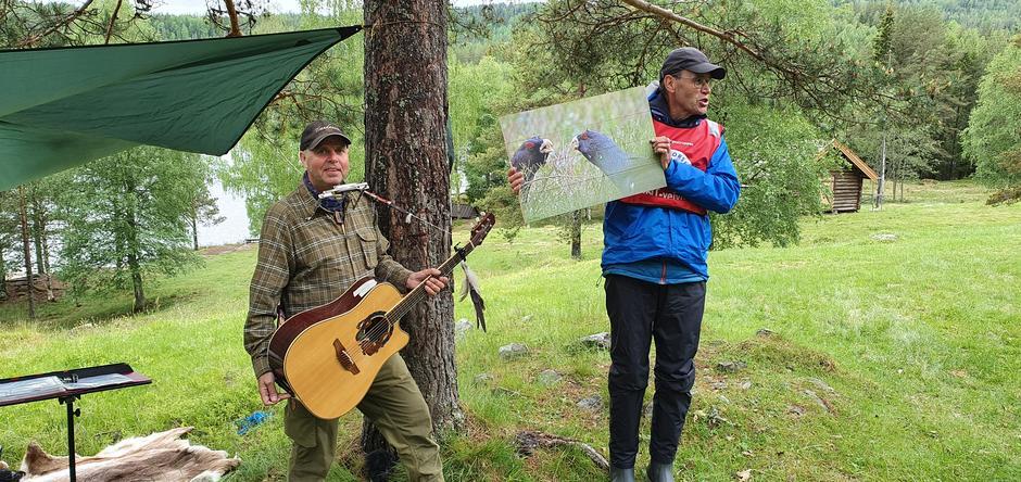 Dagfinn Kolberg og Erik Brenden med Dagfinns flotte gave til Hovinkoia.