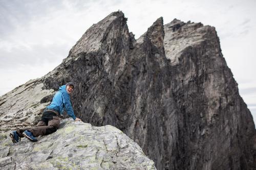 Et møte mellom naturlige og mentale grenser. Victor Lager kikker 1500m ned Trollveggen.