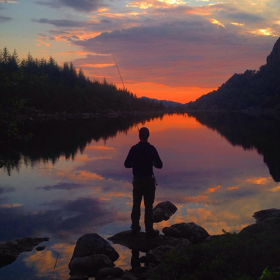 Vakker solnedgang med magisk fargespill.